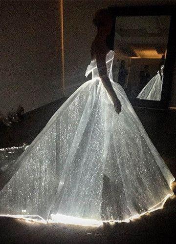 Das Kleid vom Zac Posen leuchtet sogar                                                                                                                                                                                 Mehr