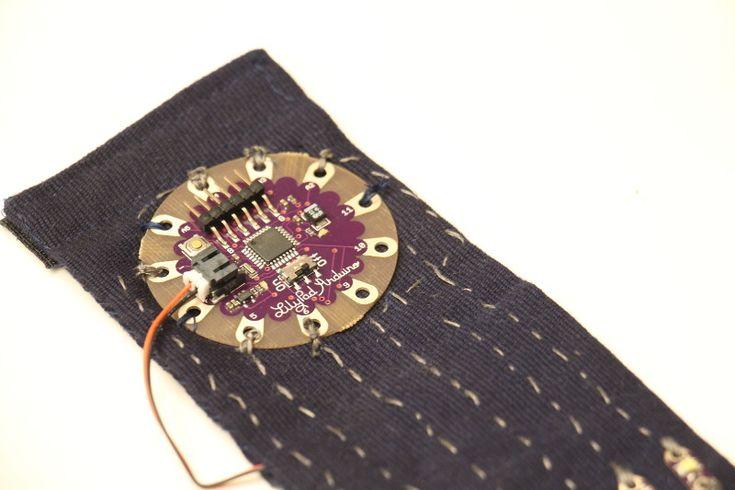 Brazalete POV by Zambeca #LilyPad #Arduino