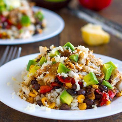 Fish taco bowl  Ingredientes:  1 cucharada de Chile en polvo  1 cucharada de comino ½ cucharadita de pimienta de cayena 3 a 4 filetes de pescado  1-2 dientes de ajo picado 1 taza de granos de maíz cocidos  1 cebolla morada , cortada en cubitos 1 pimiento rojo, cortado en cubitos 1 taza de frijoles negros 2 tazas de arroz integral  Preparación : Mezclar las especias en un tazón pequeño y espolvorear uniformemente sobre ambos lados de los filetes de pescado. Añadir sal y pimienta al gusto. En…