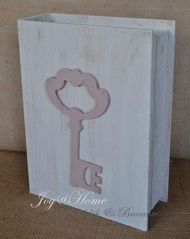 Nep boek als doosje met sleutel van hout in vele kleurtjes
