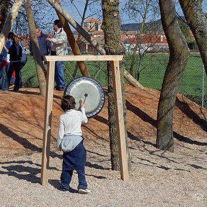 Gong Med gong-gongen upplevs ljudet på ett alldeles speciellt vis, inte bara genom hörseln utan även direkt genom huden. Ljudet kan även stämmas genom att man spänner gong-gongens upphängning. Just genom gong-gongens ljudvibrationer som kan kännas direkt genom huden, var tidigare den här typen av instrument använda i terapisyfte.