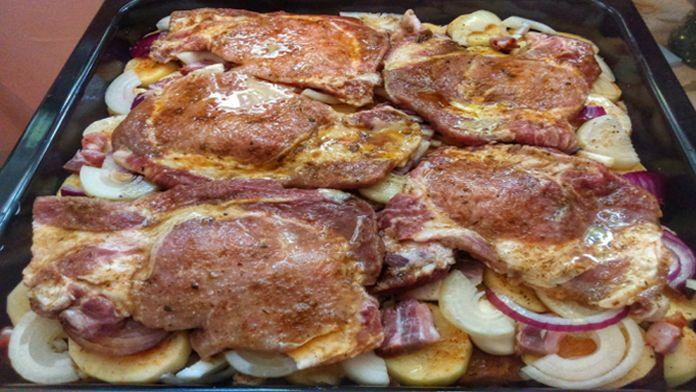 Pečené vepřové maso na jednom plechu: Tenhle výborný recept si zamiluje hned na poprvé!