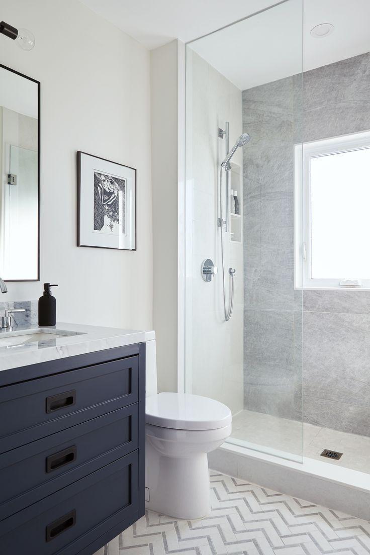 Glasdusche Mit Dunkelblauem Eitelkeits Und Zickzackfliesenboden Bodenbelag 2019 Blue Bathroom Vanity Bathrooms Remodel Bathroom Design