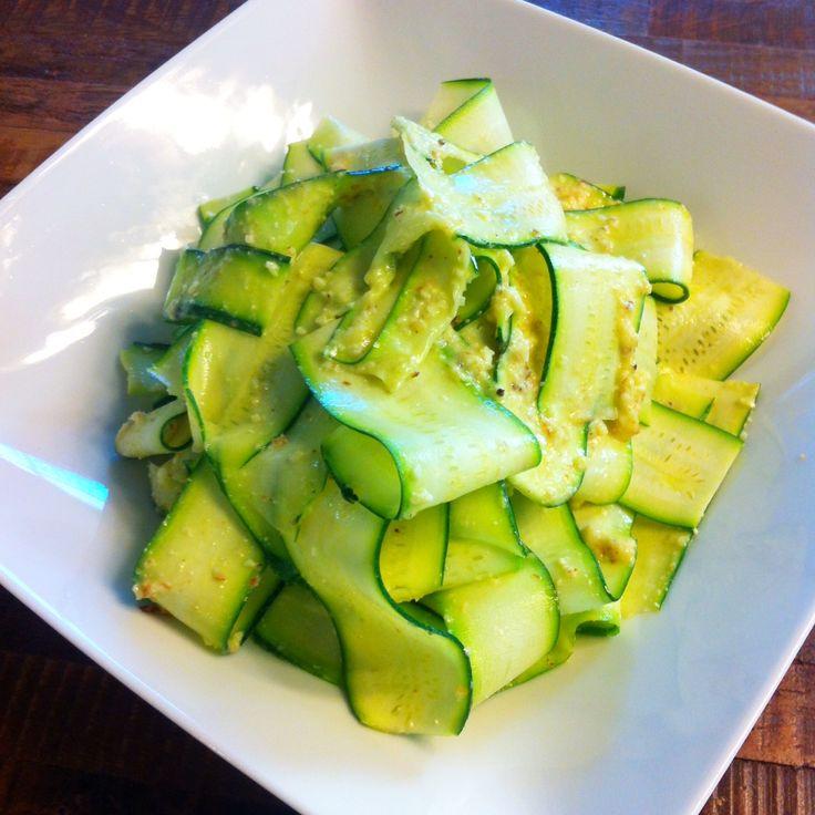 Esta ensalada de listones de calabacitas se preparan con un pelador de verduras y con un aderezo de almendras con parmesano. Es una gran receta para vegetarianos muy nutritiva.