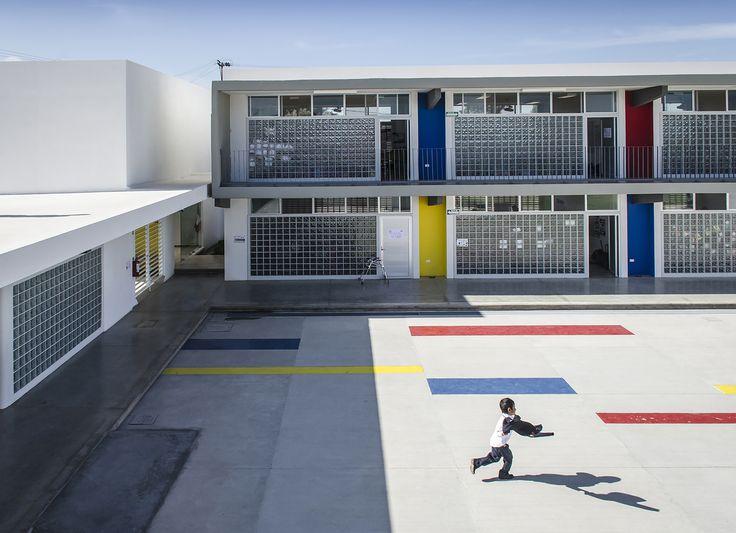 Construído na 2014 na Aguascalientes, México. Imagens do Oscar Hernández . Tudo parte de um grande pátio central delimitado pelos edifícios que conformam o conjunto:  Ao norte, uma pequena quadra de futebol que funcionará...