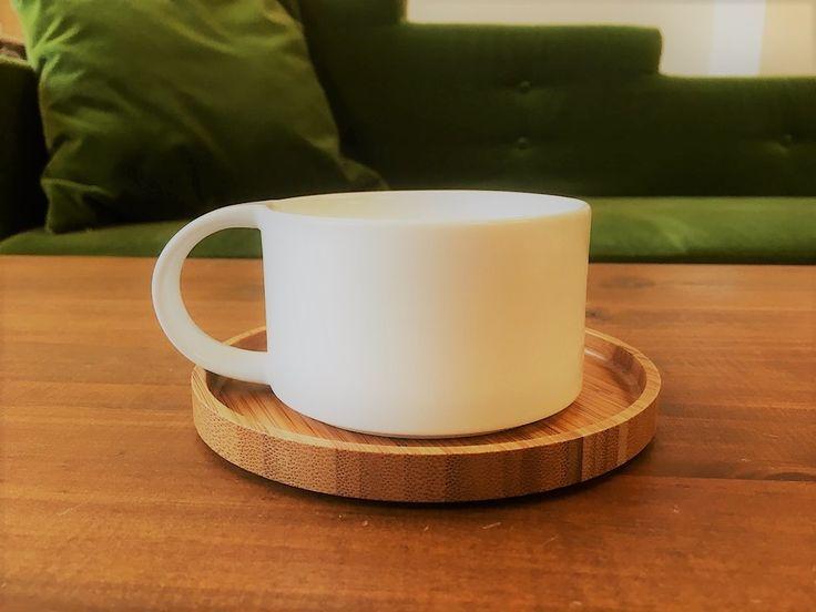 ambai コーヒーカップ&竹皿Mセット   艶をおさえた柔らかい印象の釉薬が施された、日本の食卓に似合う波佐見焼きのカップと竹皿のセットです。