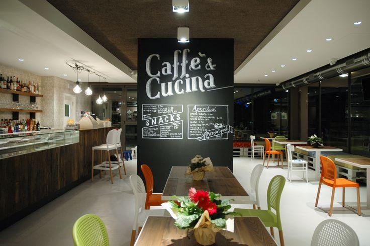 Gli interni di Spazio Caffelarte  #cafe #caffelarte #flowers #chalkboard #menu #interiors