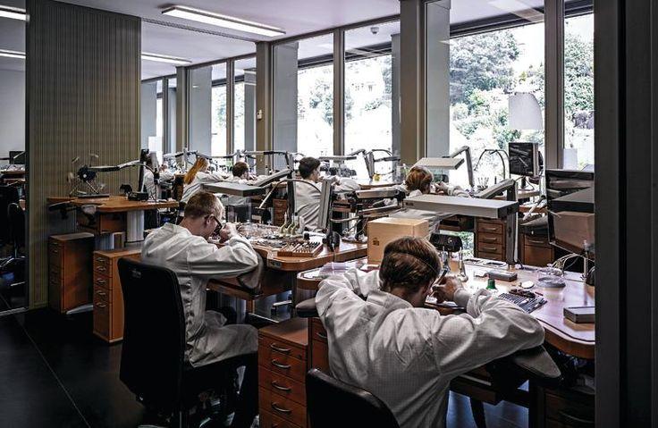 Das Sortiment der sehr teuren Luxusuhren der Manufaktur A. Lange & Söhne ist…