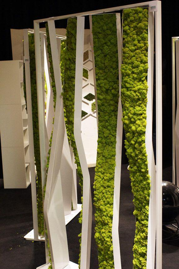 Jolie découverte à la Zona Tortona, avec la collection de mobilier végétalisé chez VERDE PROFILO. On connaissait les cadres avec végétaux stabilisés, maintenant ce phénomène s'étant aux tables, bibliothèques et paravents… #productdesign #nature