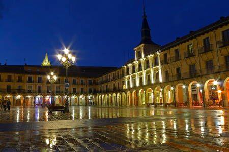 Regardez ce logement incroyable sur Airbnb : Alojamiento en La Plaza Mayor - Appartements à louer à León