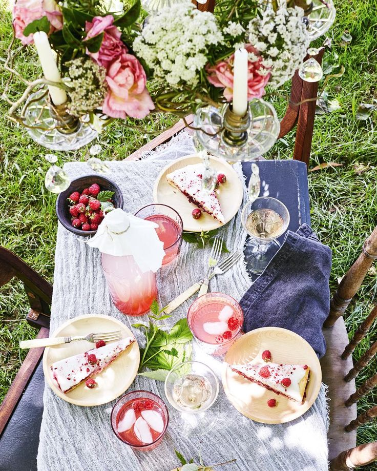 Picnic idea for a sunny day #picnic #outdoor #party #pink # green #pretty