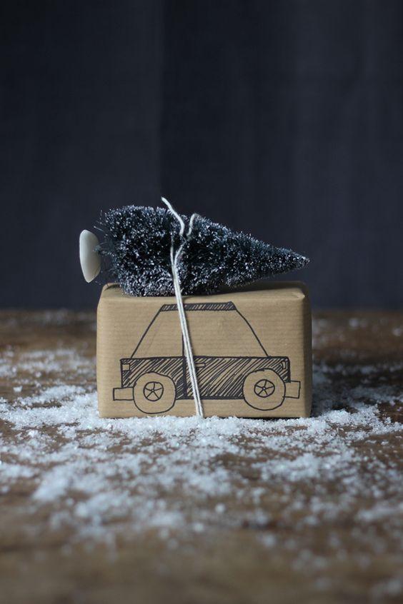 Super mignon cet emballage cadeau  ! Une idée facile à réaliser avec du papier kraft, de la ficelle, un bon coup de crayon et un vieux jouets !  Joyeux Noël !  #DIY #cadeau #noel