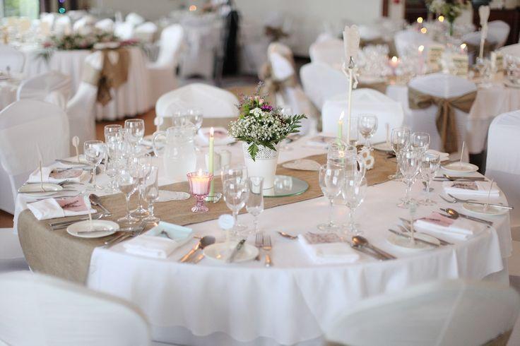 rustic white wedding table decor runner Botar uma unica faixa na mesa conjunta, combinar com aquela foto que poe três faixas de juta na mesa do bolo.
