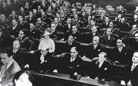 Carlota Pereira, primeira mulher eleita deputada federal, na assembleia constituinte de 1933.