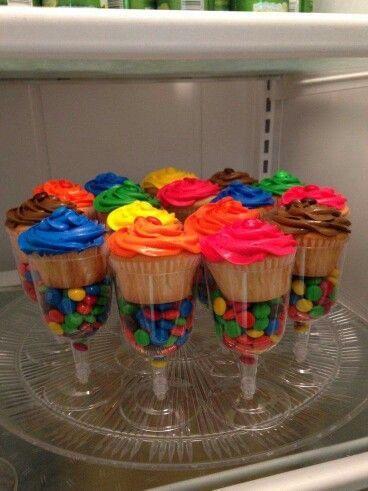 Copas plásticas de bebidas rellenas de dulces con cupcake, geniales. #IdeasMesasDulces