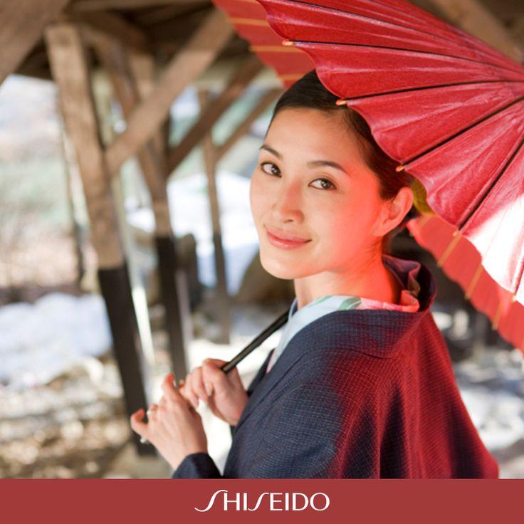 Signore e ragazze che camminano per le strade di Tokyo protette dal tradizionale ombrellino parasole: non è un'immagine vintage ma una scena tutt'oggi molto comune. Le donne giapponesi, infatti, temono da sempre gli effetti negativi del sole sulla loro pelle. #ShiseidoMoment www.shiseido.it