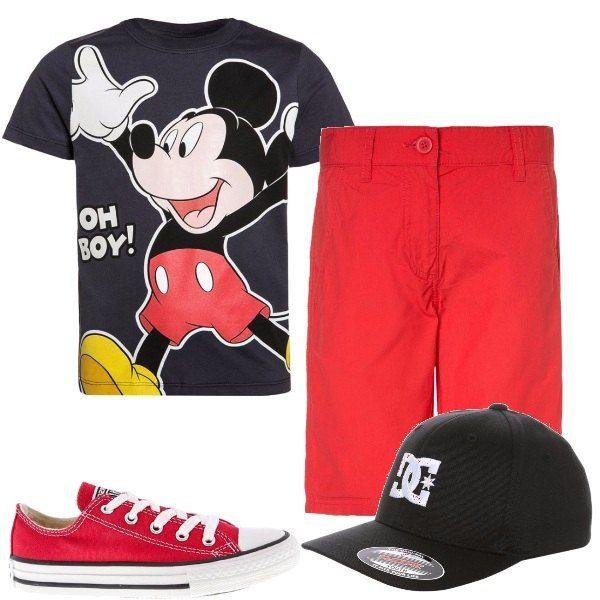 Maglietta maniche corte con sfondo nero e stampa di Topolino, pantaloni bermuda rossi Benetton, scarpe Converse rosse coi lacci, cappellino nero con logo bianco.