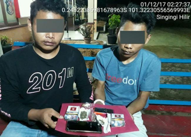 Singingi Hilir-Kuansing, Oketimes.com - Miliki 2 paket kecil Narkotika jenis ganja, dua pemuda Desa Sungai Buluh, diamankan Polsek Singingi Hilir, Kab Kuansing, Riau, Kamis 30