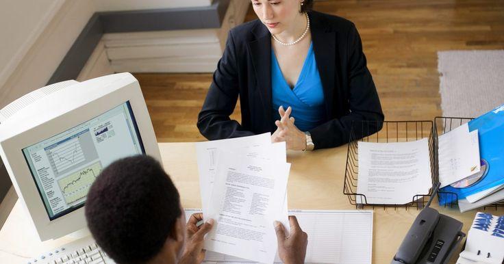 Ideias para escrever um ótimo objetivo no currículo. Escrever um currículo persuasivo pode ser uma das partes mais difíceis na hora de procurar um emprego. Já que o objetivo é a primeira parte que o empregador vê, você deve encontrar uma maneira de chamar a atenção dele e causar uma primeira impressão positiva.