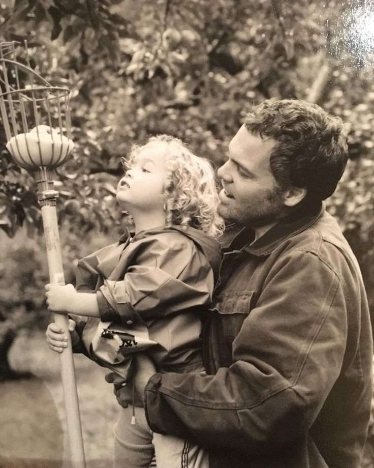"""Mi piace"": 107, commenti: 12 - Carin van der Donk (@carinvanderdonk) su Instagram: ""#tbt Elias and Vincent #applepicking perhaps in 2002? (Note to self, I have to make better notes)…"" Vincent d'Onofrio father and son"