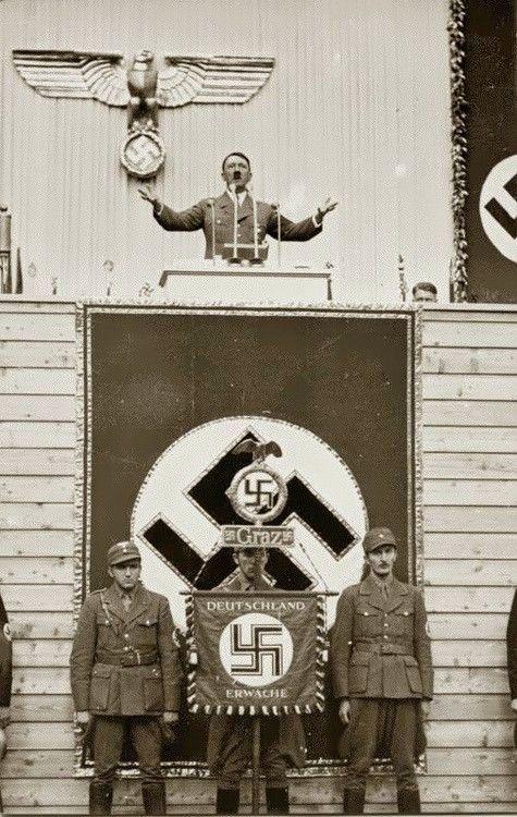 """Putschgirl: """"Hitler em Graz, em abril de 1938. Sua multidão mais histérica nunca (de acordo com seu criado, Heinz Linge), estava aqui nesta data. """""""