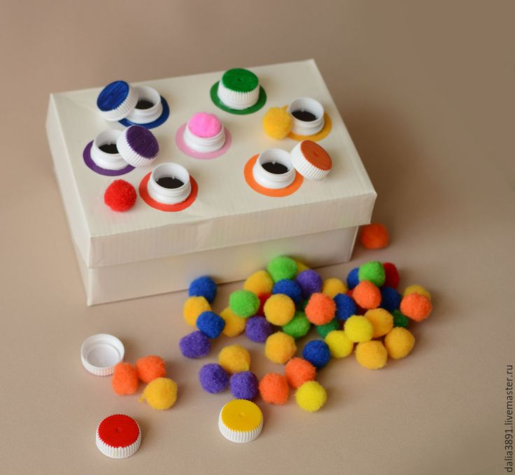 Une #activité #ludique et #simple à réaliser, très bien pour les #enfants Il suffit d'une boite à chaussures, de bouchons de bouteilles peints de différentes couleurs et de petits pompons de la même couleur que les bouchons.