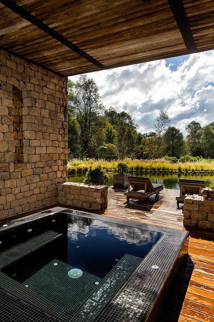 Un jacuzzi al aire libre complementa el espacio relajado. | Galería de fotos 16 de 23 | AD MX