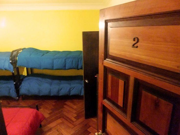 La pieza 2 y la 3 son casi iguales. Las dos piezas tienen 6 camas y el baño adentro de la habitacion. Las dos piezas son mixtas, pero por supuesto igual se puede arrendar para puras mujeres o puros hombres, depende un poco de la temporada y de los pasajeros que estan!
