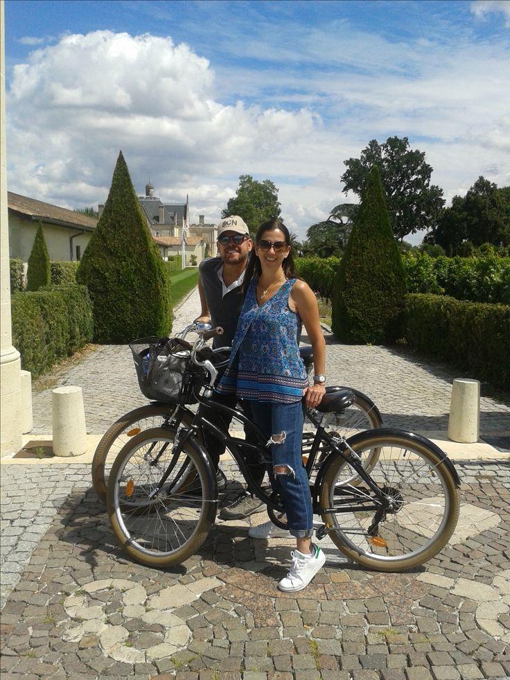 Pause devant l'entrée du Château Pape Clément avec Benito et Flore venus du Brésil...! :) #bdxbiketour #winetasting #ChateauPapeClément #VisitBordeaux