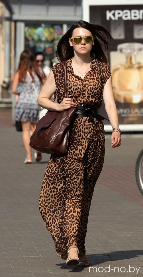 Летняя жара. Уличная мода в Минске. Год 2015 (наряды и образы на фото: коричневая сумка, леопардовое платье, чёрный пояс)