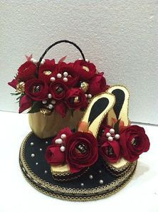 Dekorace * kabelka a střevíčky s růžemi z papíru.