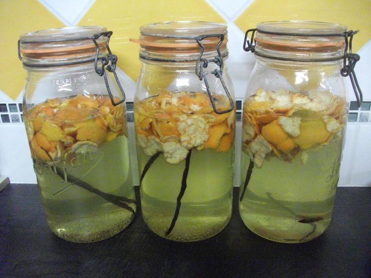 Liqueur de mandarine Corse : 1 litre d'alcool à 40 ° 25 cl d'eau 1 bâton de vanille fendue en deux 10 mandarines corses 400 g de sucre en poudre