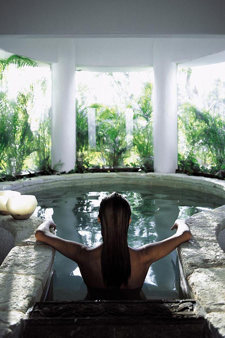 красивый массаж в бассейне