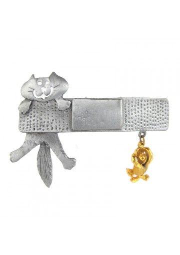 Vintage spilla peltro GATTO ALLA BARRA ULTRA CRAFT  L'ornamento raffigura una gatta con fiocco. Il corpo del gatto è perforato a forma di fiore. La spilla è fatta in peltro argentato e dorato. La parte argentata è opaca e la parte dorata è lucida.  Il gioiello è stato fatto negli anni 80, conservato con cura, quindi in perfetta condizione.  #vintagejewelry #vintagespille #anni80