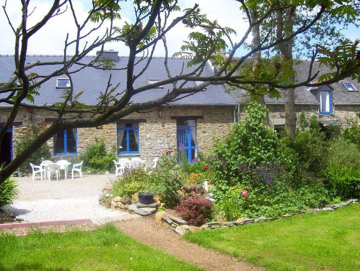 Situé à 2 km d'un lieu de passage du tour de France, Le Boterff occupe une ferme traditionnelle bretonne au coeur d'un jardin d'1 hectare avec vue sur la campagne. Il propose des chambres d'hôtes et des gîtes indépendants. Il se situe à 1.5km des commerces et à 9km du lac de Guerlédan.