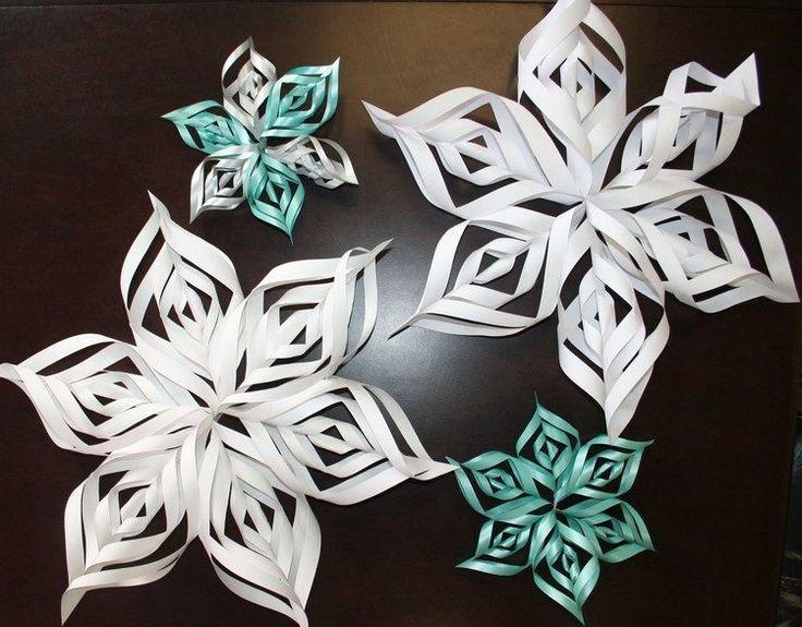origami de Noël original - des flocons de neige en papier blanc et bleu