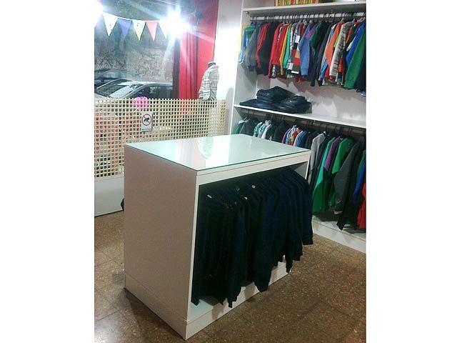 M s de 25 ideas incre bles sobre exhibidores de ropa en for Muebles de pino zona oeste