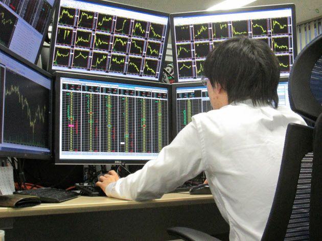 自己売買を手掛けるディーラーは、株価や取引注文の小さな動きも見逃さない(証券会社のディーリングルーム)