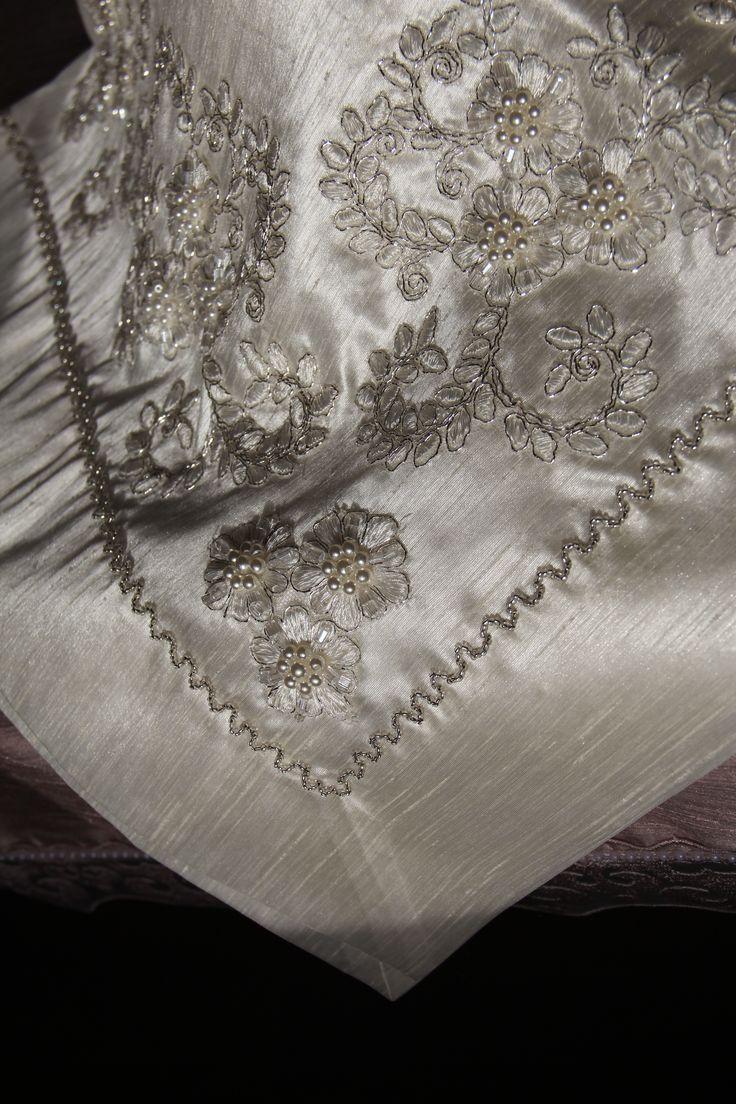Menekşe Salon Takımı. Osmanlı ipeği kumaşı üzerine Fransız gipürü ile bezeli 3 parça salon takımı. 1 adet uçları üçgen konsol , 1 adet dikdörtgen sehpa ve 1 adet kare masa örtüsü. Resimdeki masa örtüsü.