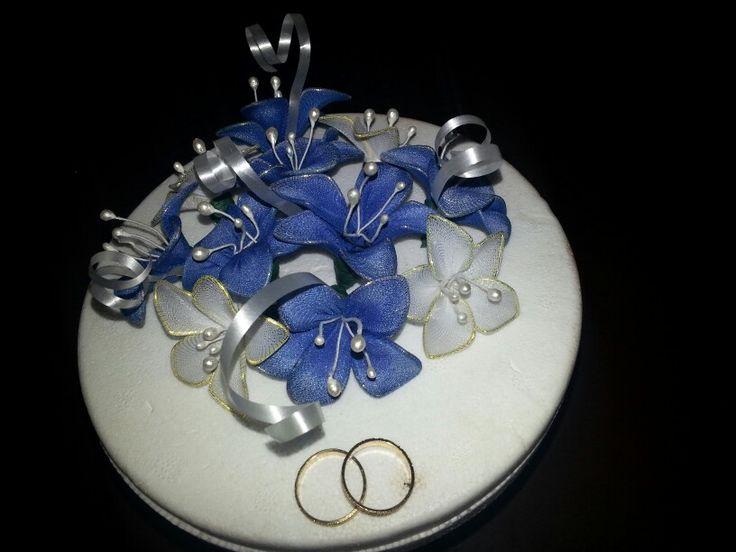 Flores de medias de licra para adornar torta de bodas