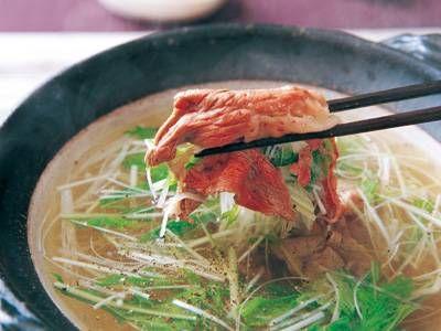 野崎 洋光さんの牛ロース肉を使った「牛肉の黒こしょうしゃぶしゃぶ」のレシピページです。鍋のつゆにたっぷりの黒こしょうで。しゃぶしゃぶ用ではなく普通の薄切りで、肉のうまみを味わいます。 材料: 牛ロース肉、大根、ねぎ、水菜、青じそ、昆布、黒こしょう、つけだれ(しょうがみそ)、冷凍うどん、塩