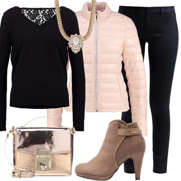 Protagonisti di questo outfit sono la collana con maglia color oro, strass e pietre e colorate e la borsetta a tracolla dorata. Scuri i colori del maglioncino con dettaglio in pizzo sul retro e del pantalone classico, per far risaltare la luce del color oro. Stivaletto con catenina dorata sul retro e piumino rosa con collo alla coreana.