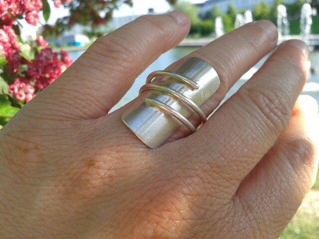 Anillo Beta en plata 925. Combinación de hilo y plancha. Estiliza el dedo y es muy comodo.  Joyería Alos40 www.alos40.es