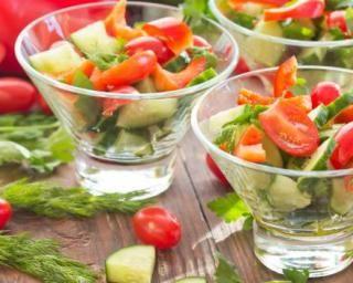 Verrines de crudités Croq'Kilos tomates, concombre et poivron : http://www.fourchette-et-bikini.fr/recettes/recettes-minceur/verrines-de-crudites-croqkilos-tomates-concombre-et-poivron.html