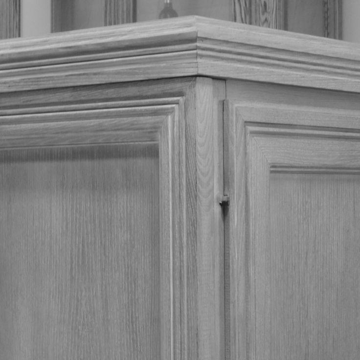 Dettaglio di credenza base in legno massello di frassino sbiancato
