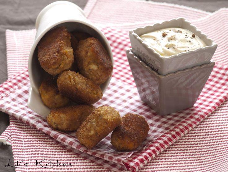 Nuggets de tofu et patate douce 150 g de purée de patate douce maison*  - 125 g de tofu ferme nature ou aux herbes  - 3 c. à soupe de fécule de maïs ou d'arrow-root  - 3 c. à soupe d'eau  - 2 c. à soupe de farine de soja (en magasin bio)  - 2 c. à café de graines de chia (en magasin bio)  - 1 c. à café de levure maltée ou levure de bière  - 1 c. à café de cumin ou de curry  - 1 pincée de sel  - Chapelure