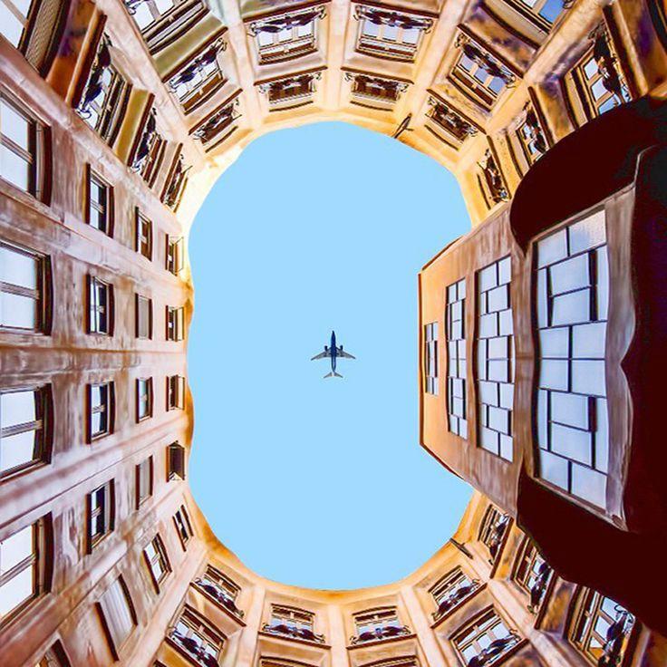 Se você é um fã de simetria, então vai adorar as fotografias minimalistas e coloridas que o designer Ramin Nasibov clica e posta em seu Instagram.