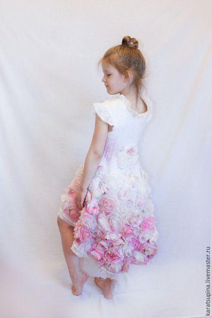 Купить или заказать Валяное платье для девочки 'Розовый винтаж' в интернет-магазине на Ярмарке Мастеров. Нуно-платье для юной цветочной феи. 10 метров 100% натурального шелка и его производных - шифона, крепа, органзы различных оттенков утренних роз, посаженных на тончайший меринос.... Приталенный силуэт, спущенная линия плеча. Юбка переменной длины, удлиненная сзади оторочена небеленым хлопковым кружевом и шелком. Очень мягкое и нежное. Выполнено к выпускному вечеру в детский сад.