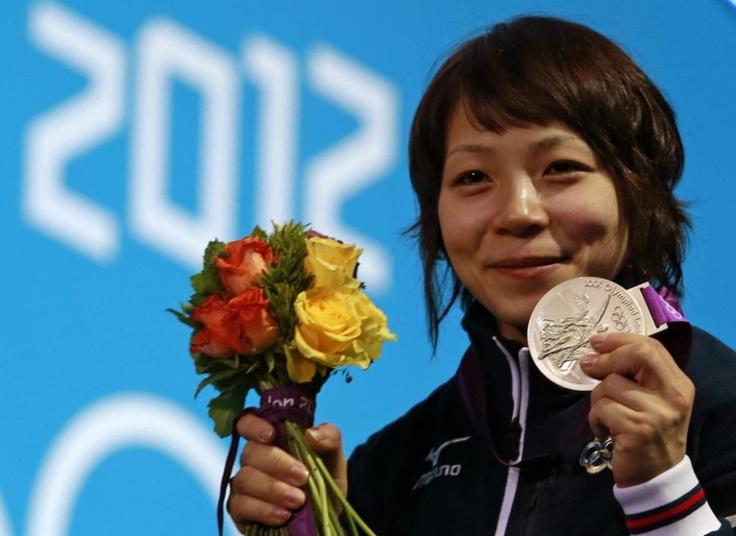 銀メダルを獲得し、笑顔を見せる三宅宏実