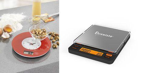 Na foto (zleva): Váha Wenko Clock, vypadá jako kuchyňské hodiny a můžete ji i pověsit na zeď, ale v případě potřeby stačí sundat a máte váhu, cena 819 Kč. Brewista váha se stopkami, což využívají hlavně milovníci kávy při její přípravě a louhování, cena 1550 Kč; archiv firem